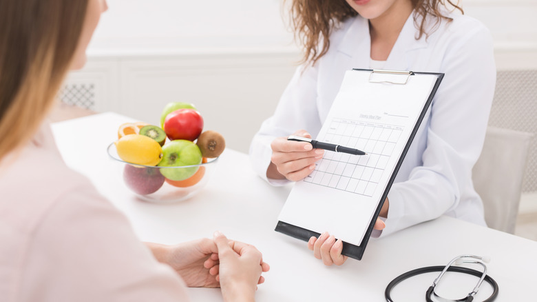 nutritionist meeting with client