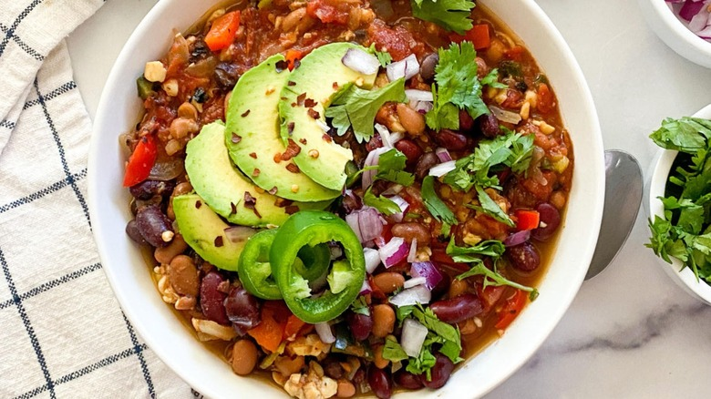 tempeh chili with toppings