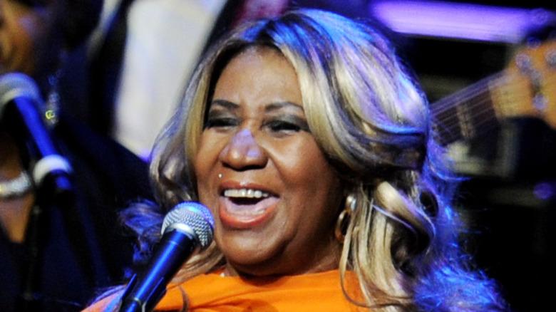 Aretha Franklin on stage singing